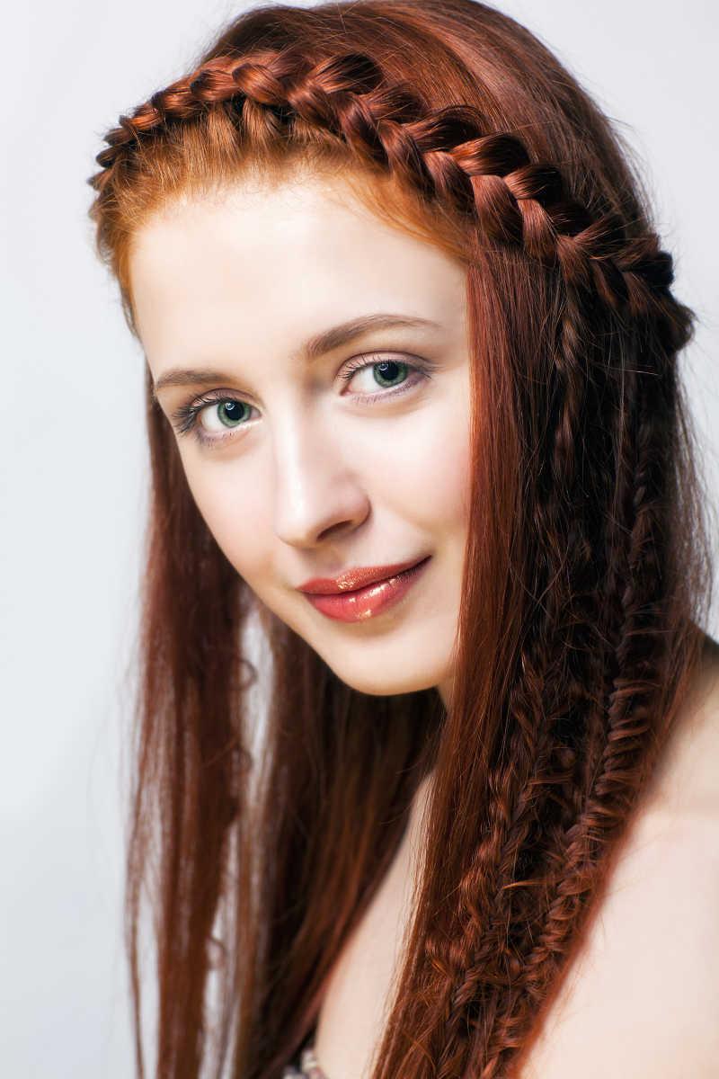 年轻靓丽的棕发女孩