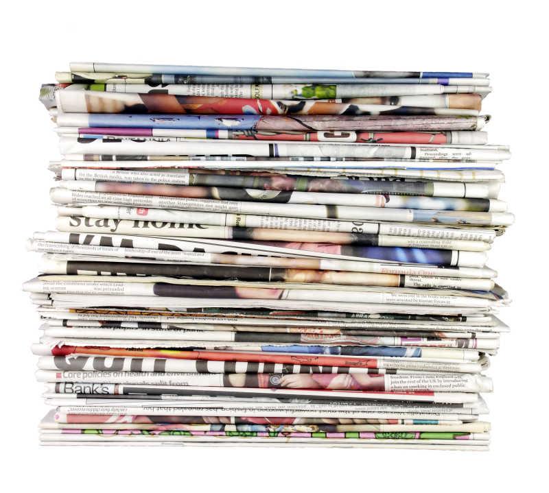 堆放整齐的报纸