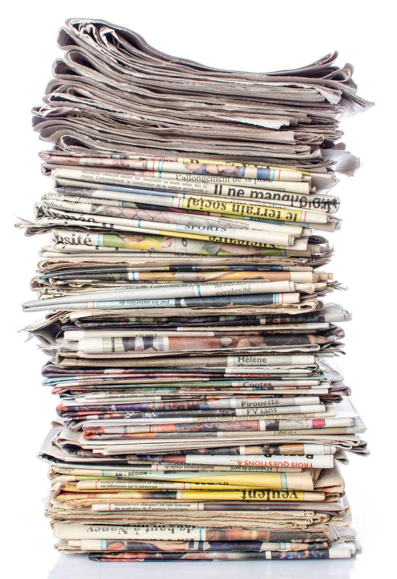 白色背景中的堆叠报纸