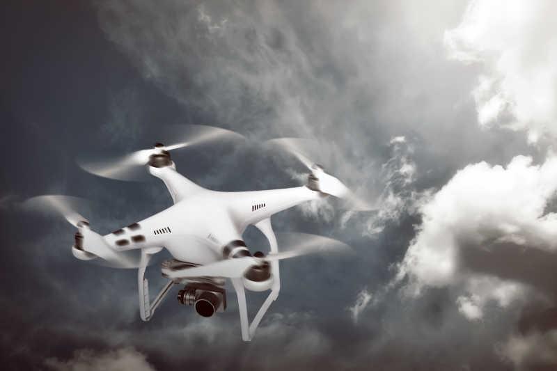 在空中飞行的白色无人机