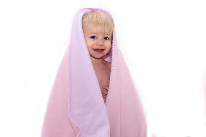 披着红色毛毯的婴儿