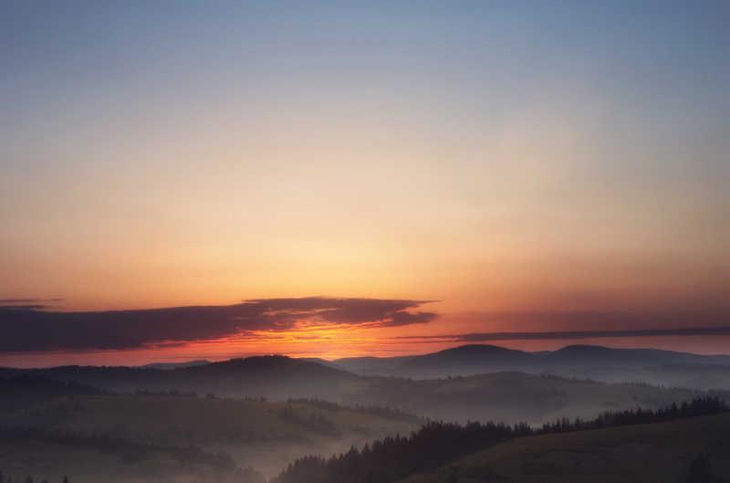 喀尔巴阡群山的日出
