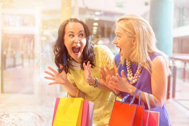 兴奋的拎着购物袋的美女们