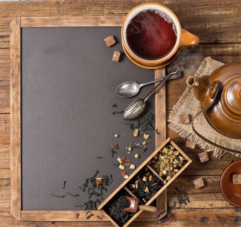 桌子上的茶具和茶俯视