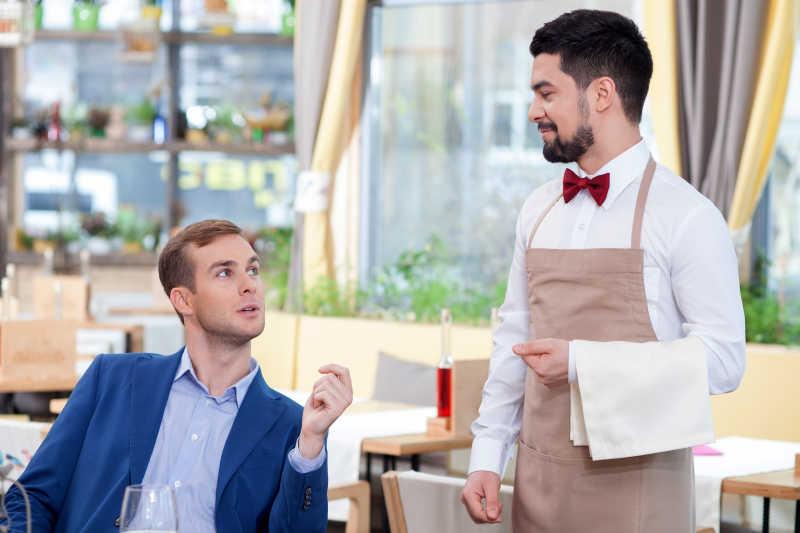 和顾客谈话的服务员