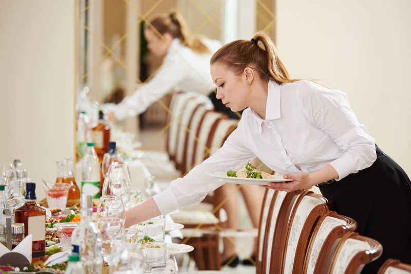 餐厅餐饮服务的侍者