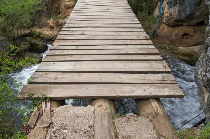 小河上的木桥