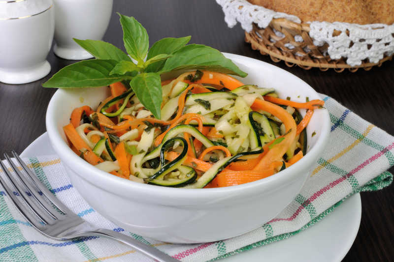 胡萝卜和西葫芦沙拉