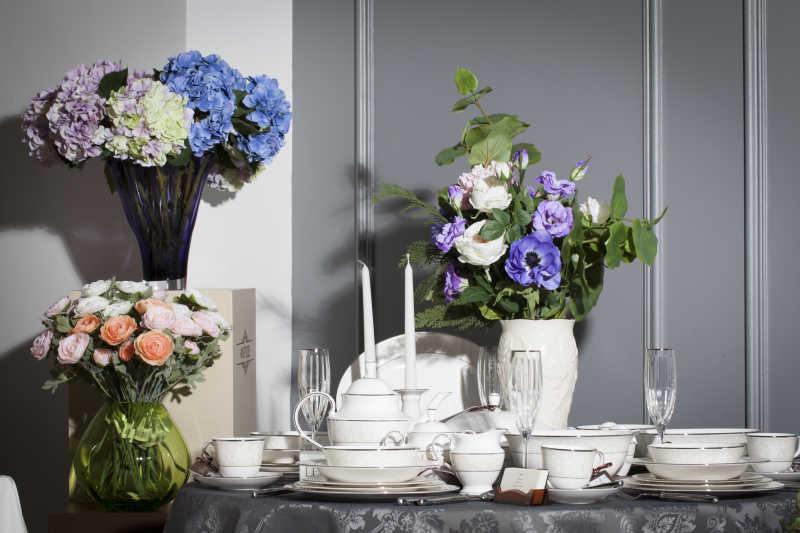 餐桌上摆放者的餐具和美丽的花瓶