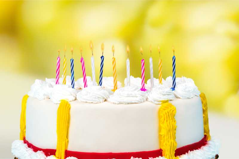 黄色背景下的十二岁生日蛋糕