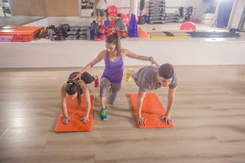 指导学员健身练习的女教练