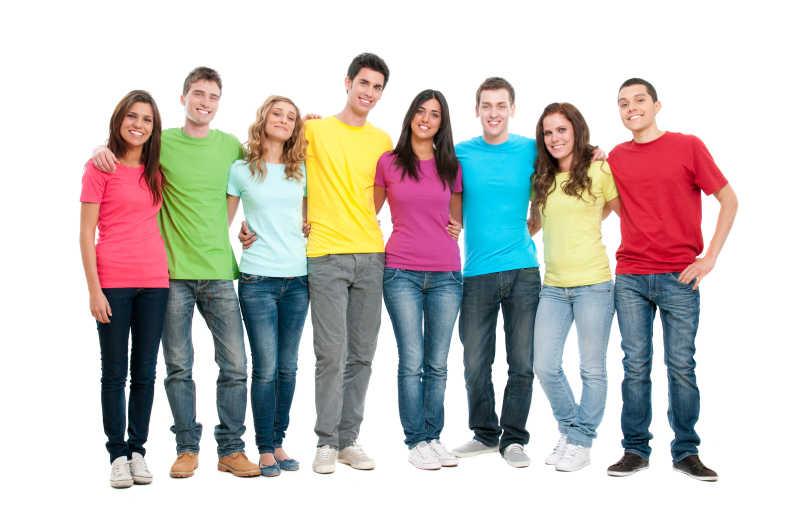 白色背景上一排微笑的的年轻人