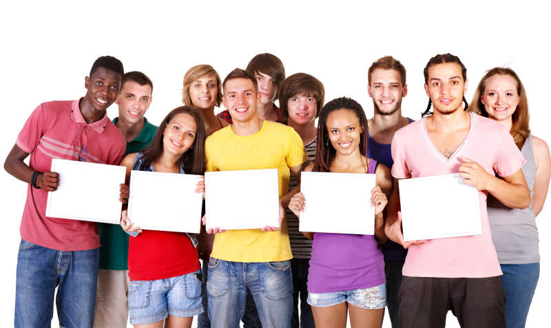 拿着空白牌子的一群快乐的年轻人