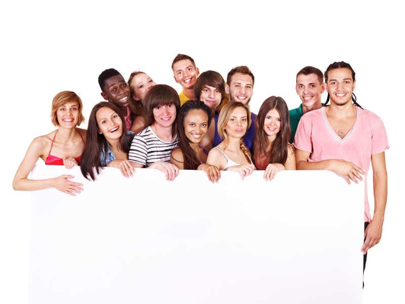 一群快乐的年轻人拿着广告牌