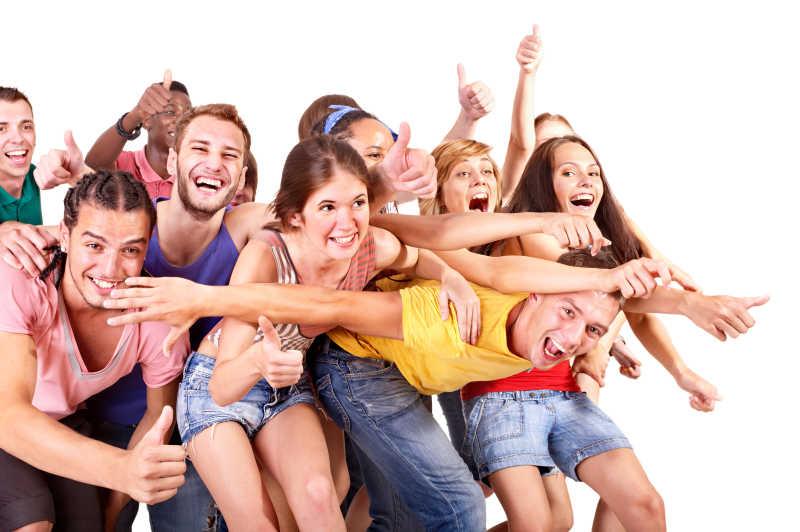白色背景中一群欢乐的年轻人