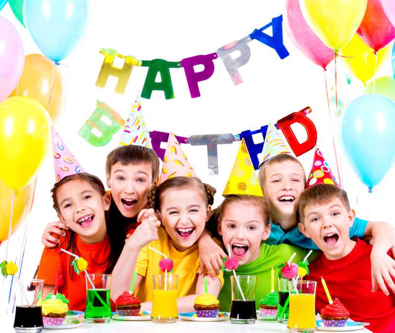 一群欢笑的孩子们在生日派对上玩得很开心