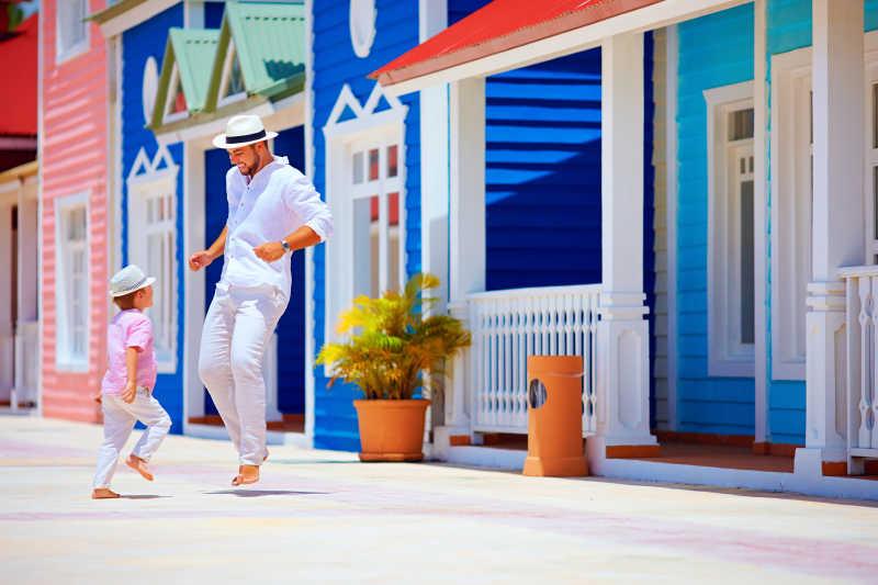 在加勒比乡村街道上跳舞的父子
