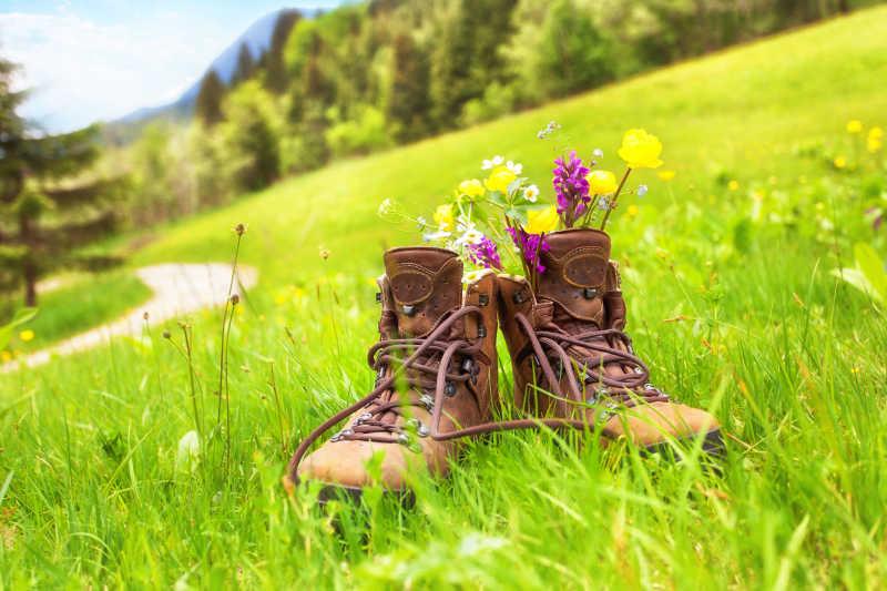 草地上的登山鞋