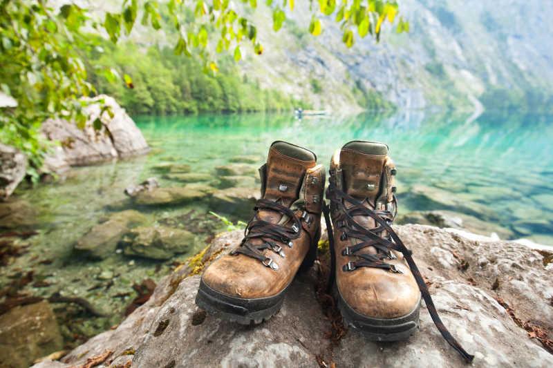 欧伯湖旁的旅游鞋