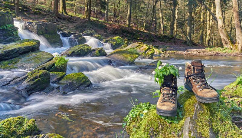 小溪旁的鞋子