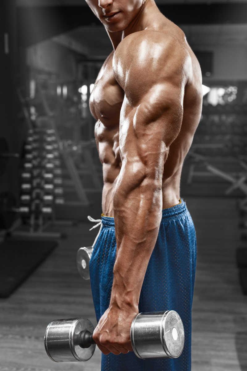 做健身运动的男人