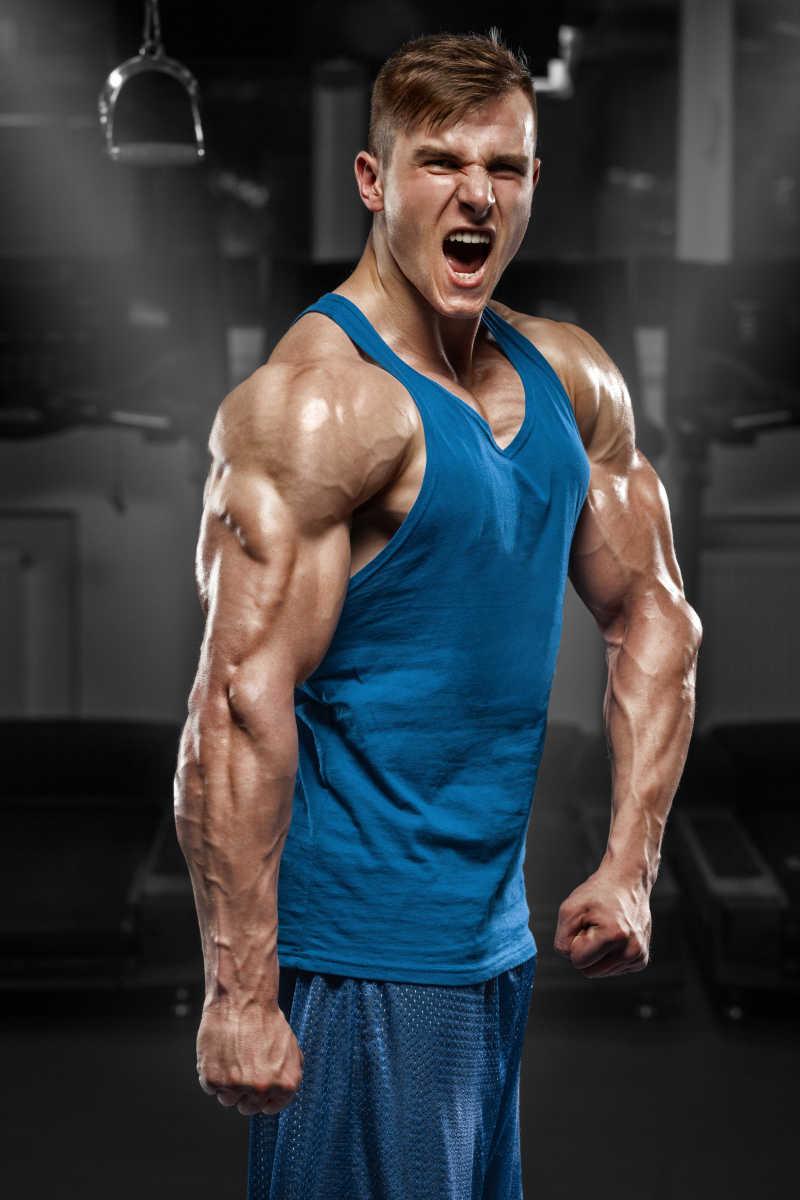 健身房里满身肌肉男
