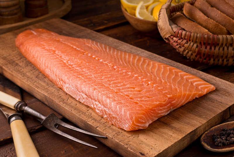 木板上的三文鱼肉片