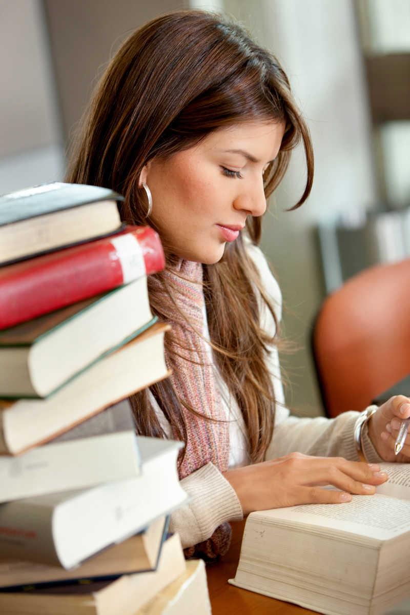 在图书馆学习美丽的女孩