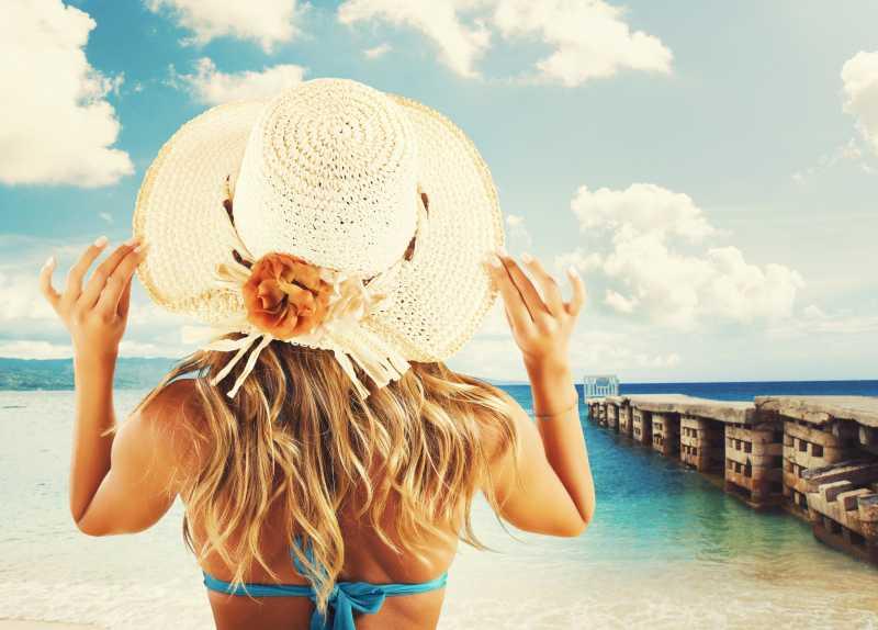 海边戴着太阳帽的比基尼美女