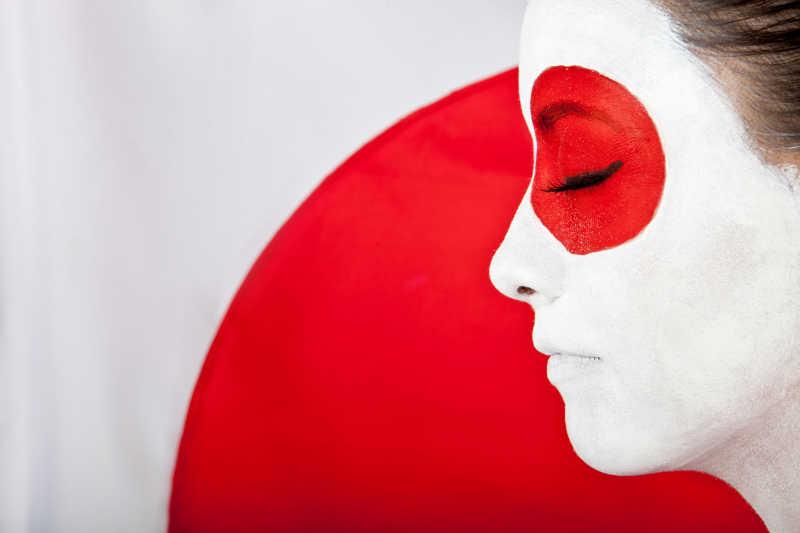 化着日本国旗妆容的女人