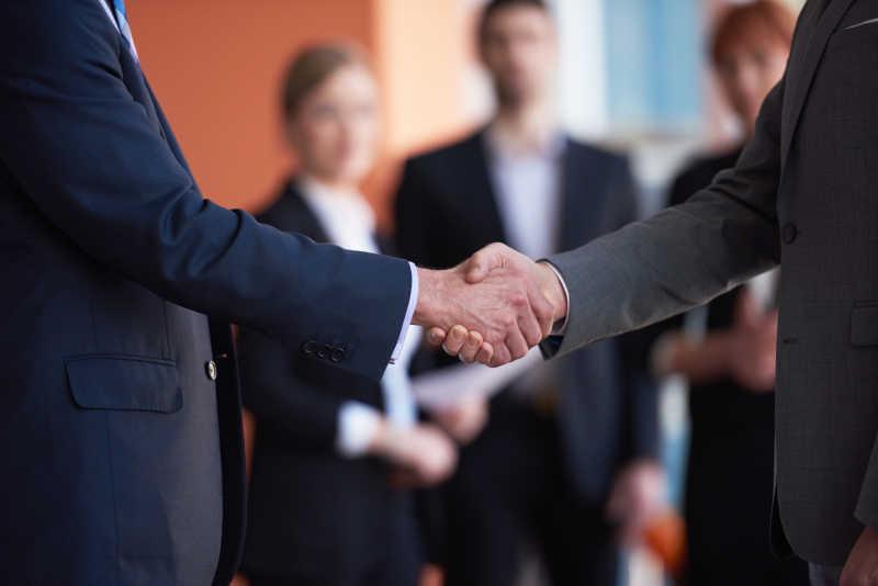 两个商人握手的合作理念