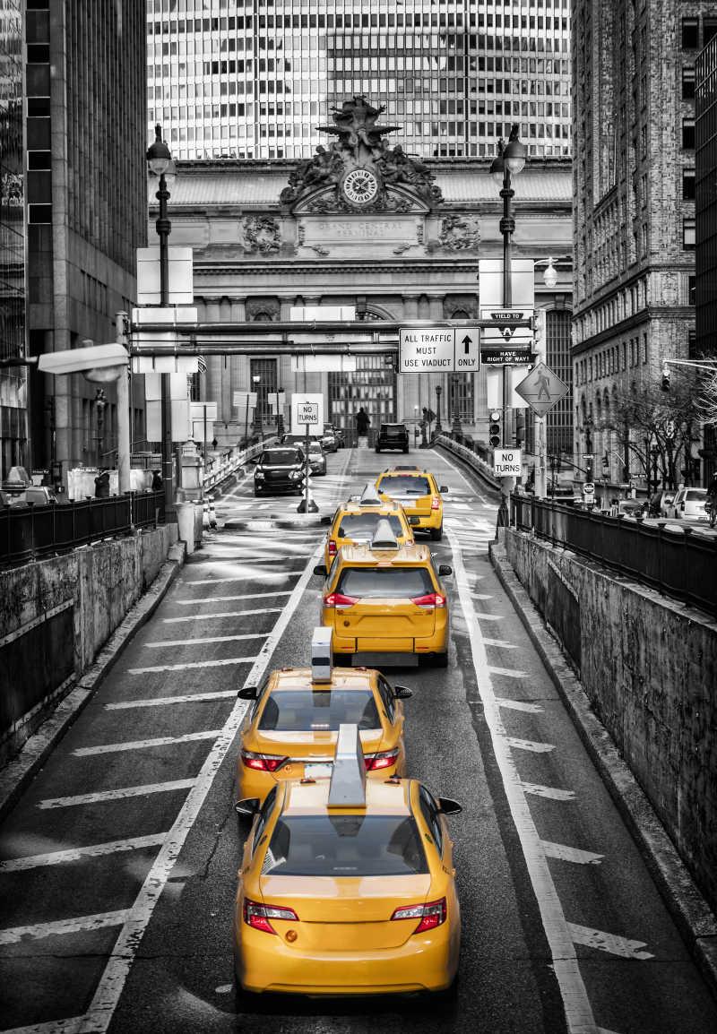纽约中央车站前的的黄色出租车