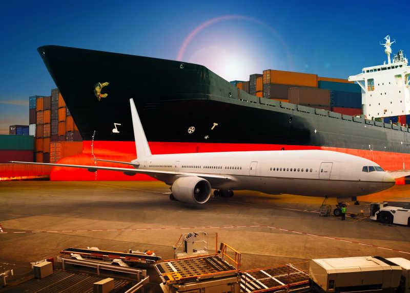 货运飞机在码头