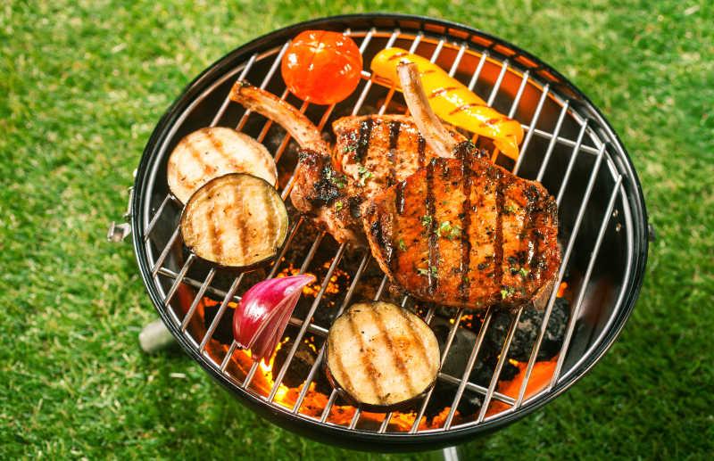 烤架上的美味烤肉