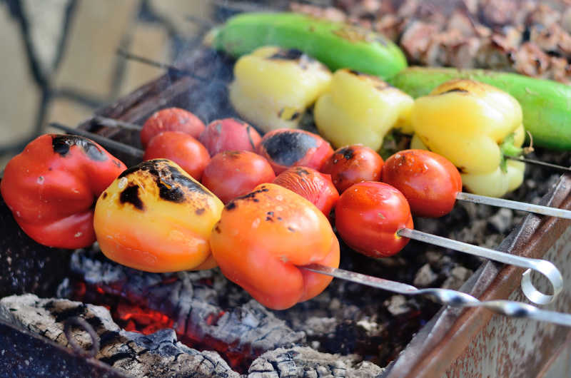 烧烤架上的新鲜蔬菜