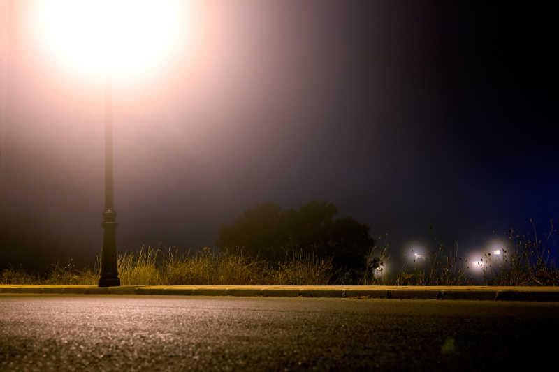 夜灯下的公路