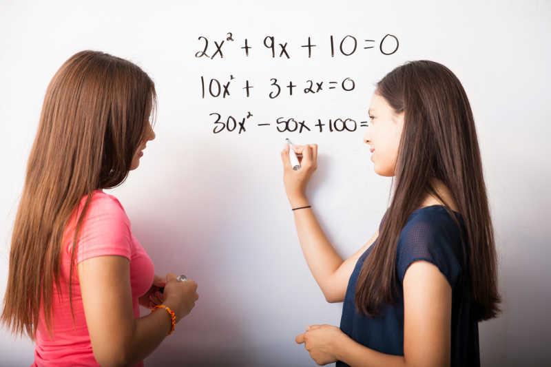 学生讲解几何的漂亮女老师