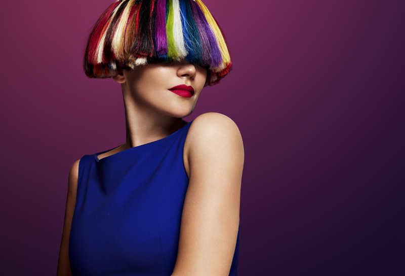 漂亮的彩色头发的女人
