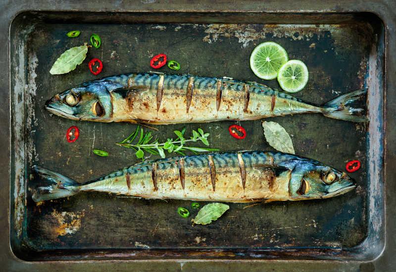 烤盘里的美味烤鲭鱼