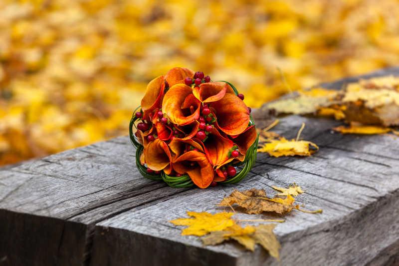 户外放在木凳上的花束