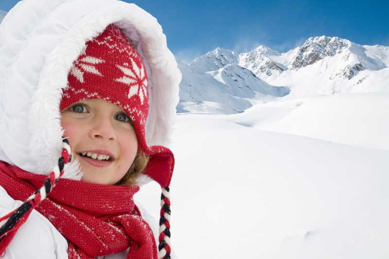 雪山上的可爱的小女孩