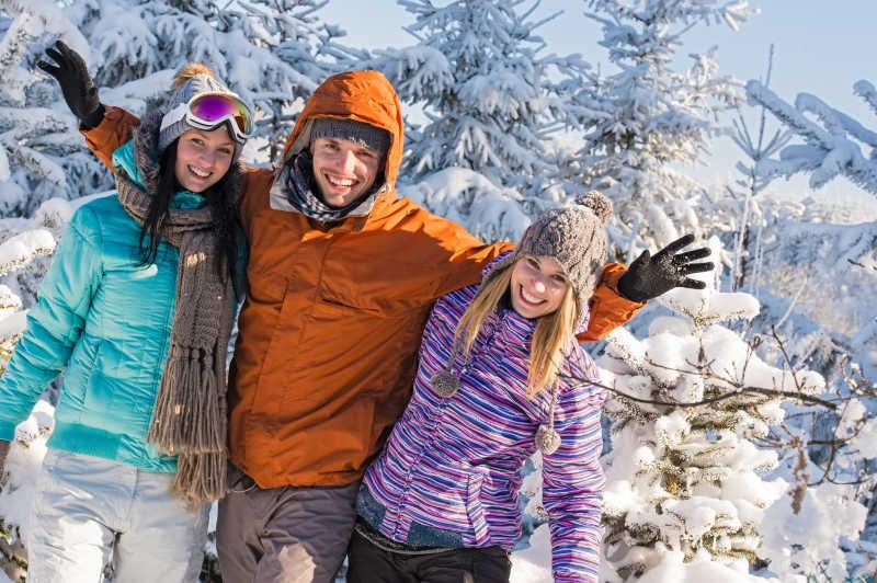 一起在雪山度过圣诞节的朋友