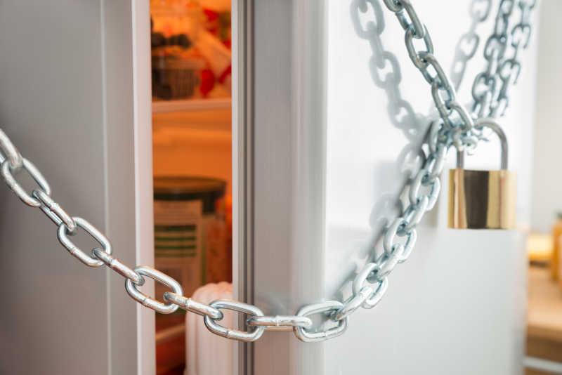 一扇带锁的门