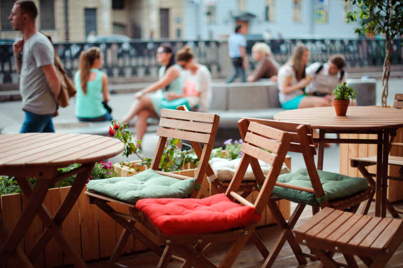城市街边的咖啡馆