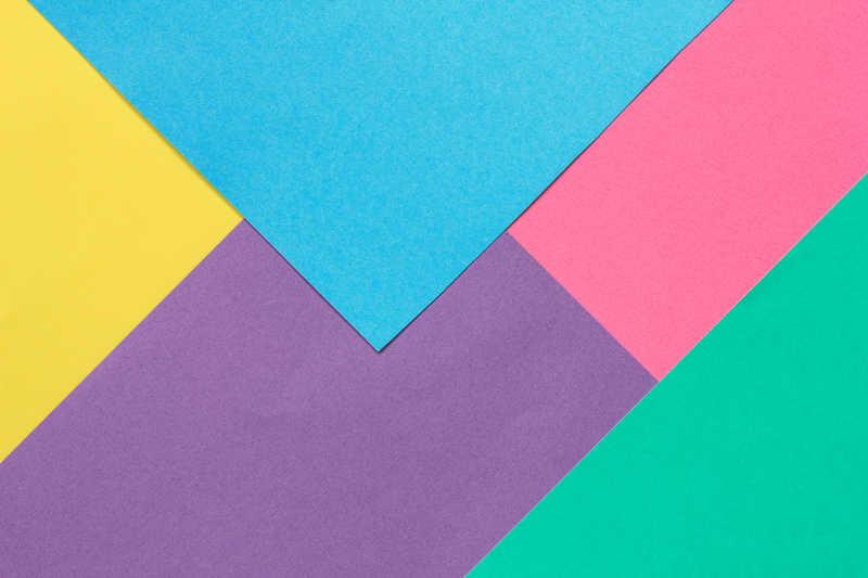不同颜色的纸拼接在一起