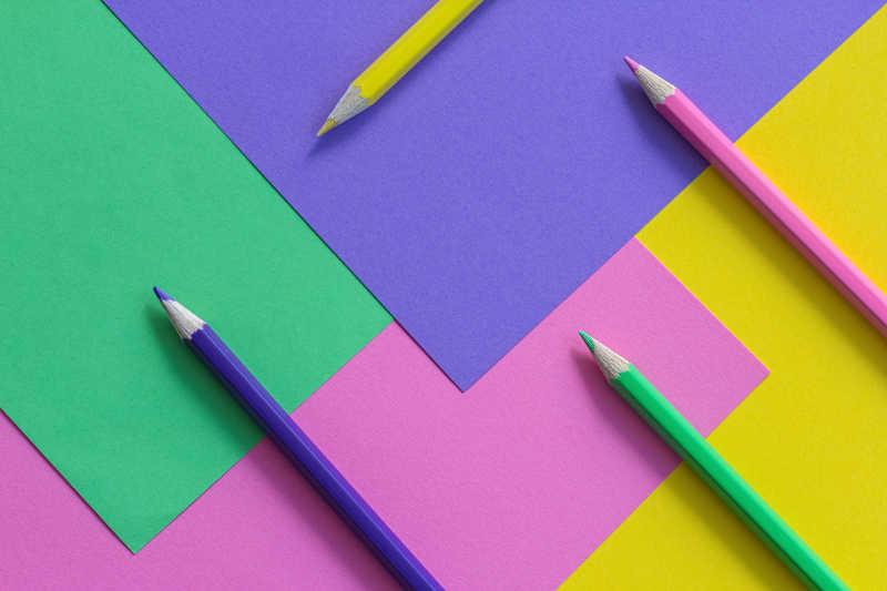 彩色纸片与彩色铅笔