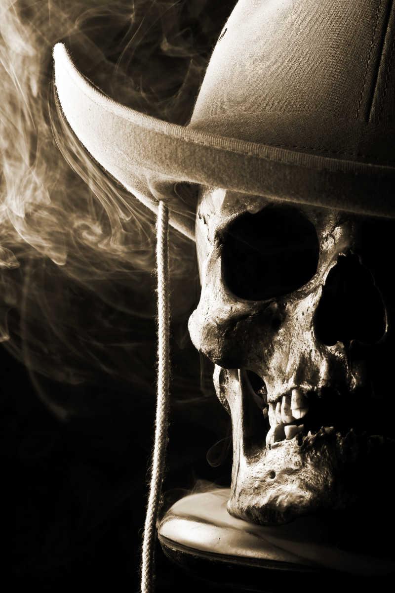 带着白帽子的骷髅头