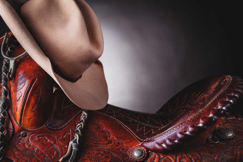 西部牛仔的马鞍和牛仔帽