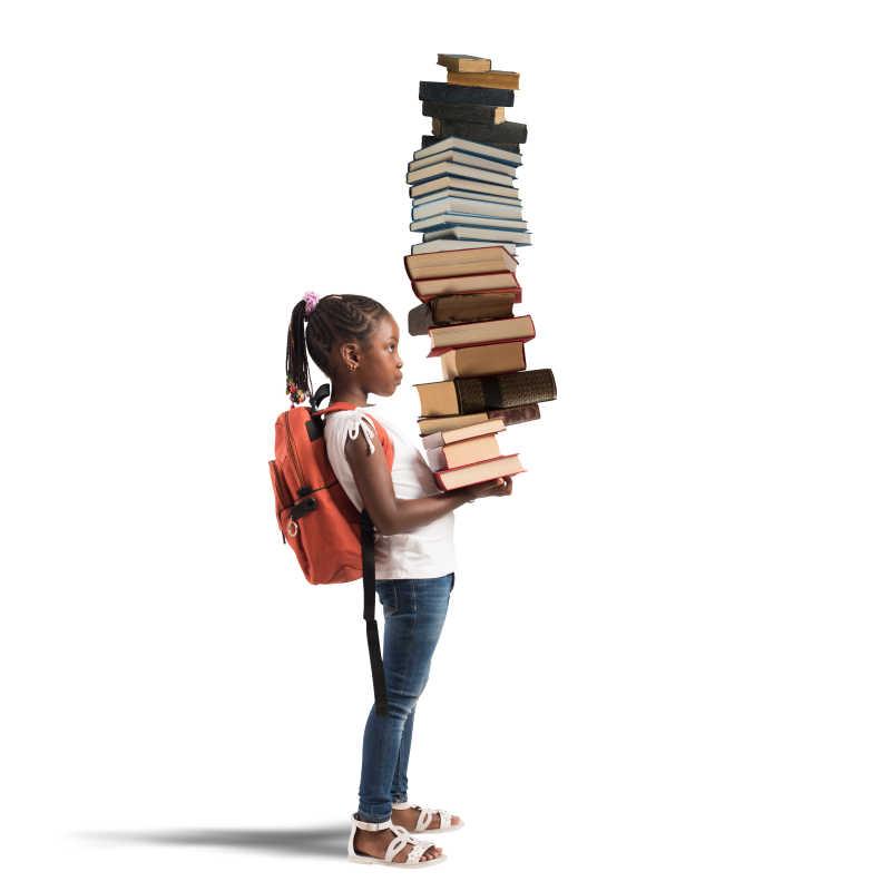 抱着一堆书的小女孩