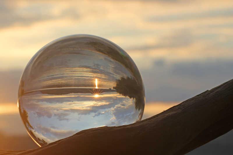 水晶球中的瑞士日落风景